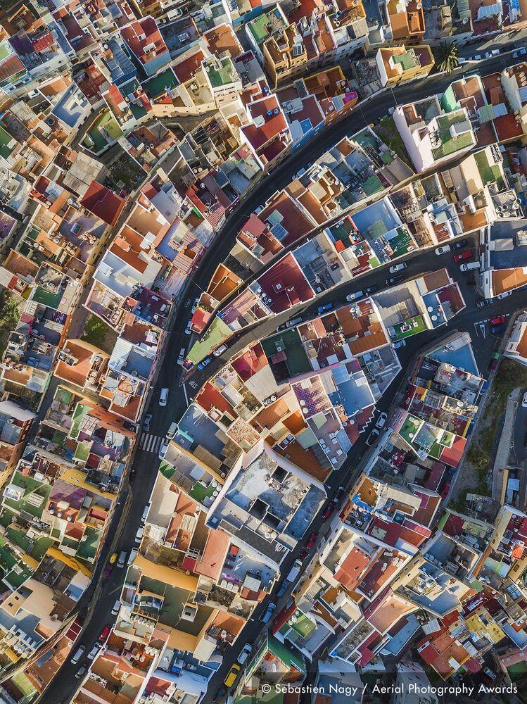 صورة بعنوان قوس قزح الإسباني، للمصور البلجيكي سيباستيان ناغي، الفائزة في فئة التصوير مناظر مدنية من مسابقة جوائز التصوير الجوي لعام 2020