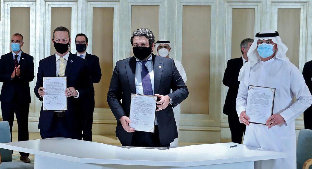 الإمارات و إسرائيل توقعان اتفاقية في أول قمة أعمال لـ اتفاقية أبراهام في أبو ظبي، الإمارات العربية المتحدة 19 أكتوبر 2020 بحضور وزير الخزانة الأمريكي ستيفن منوتشين.