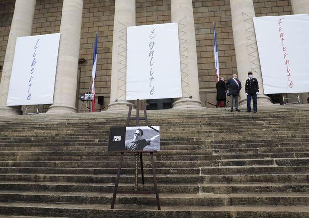 صورة المدرس المقتول صامويل باتي بشريط أسود على درج الجمعية الوطنية في باريس - فرنسا