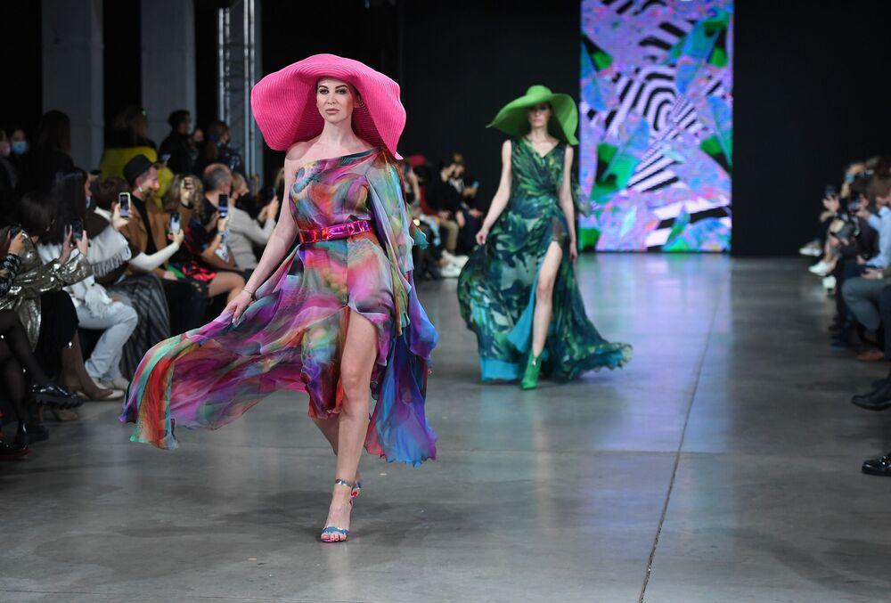 عارضات أزياء تقدم تصاميم من  Julia Dalakian في عرض أزياء مرسيدس بنز في إطار أسبوع الموضة في موسكو، 20 أكتوبر 2020