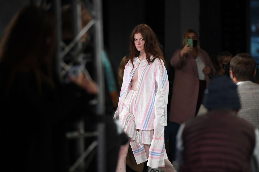 عارضات أزياء تقدم تصاميم من العلامة التجارية الروسية o5o في عرض أزياء مرسيدس بنز في إطار أسبوع الموضة في موسكو، 20 أكتوبر 2020