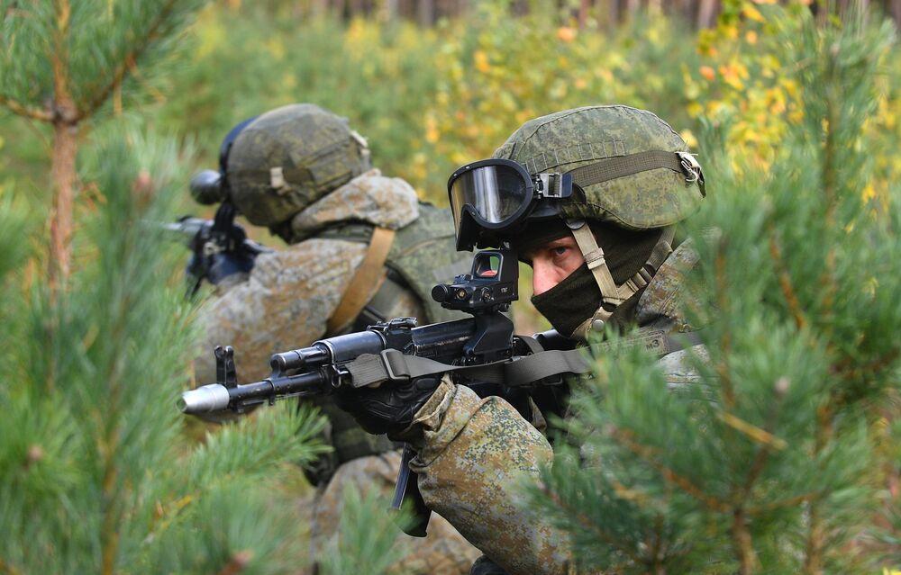 تدريبات معقدة للقوات الخاصة التابعة للمنطقة العسكرية الغربية لروسيا في ساحة التدريب في منطقة بسكوف الروسية، 20 أكتوبر 2020