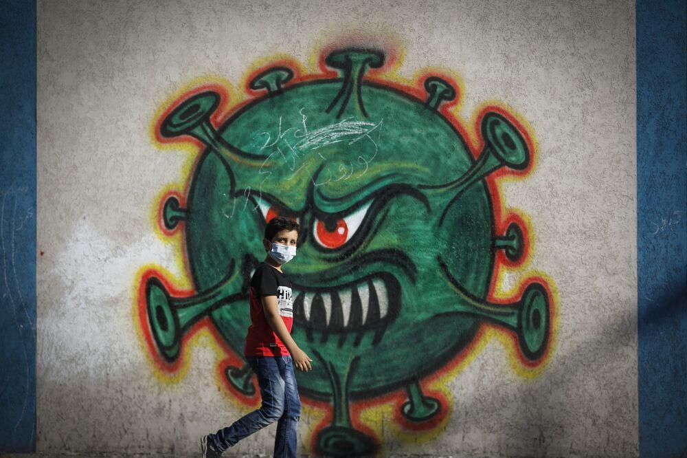 رسم غرافيتي توضيحي للوضع الوبائي في العالم ، فيروس كورونا - غزة، قطاع غزة، فلسطين 22 سبتمبر 2020