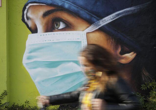 رسم غرافيتي توضيحي للوضع الوبائي في العالم ، فيروس كورونا - ميلانو، إيطاليا 14 أكتوبر 2020