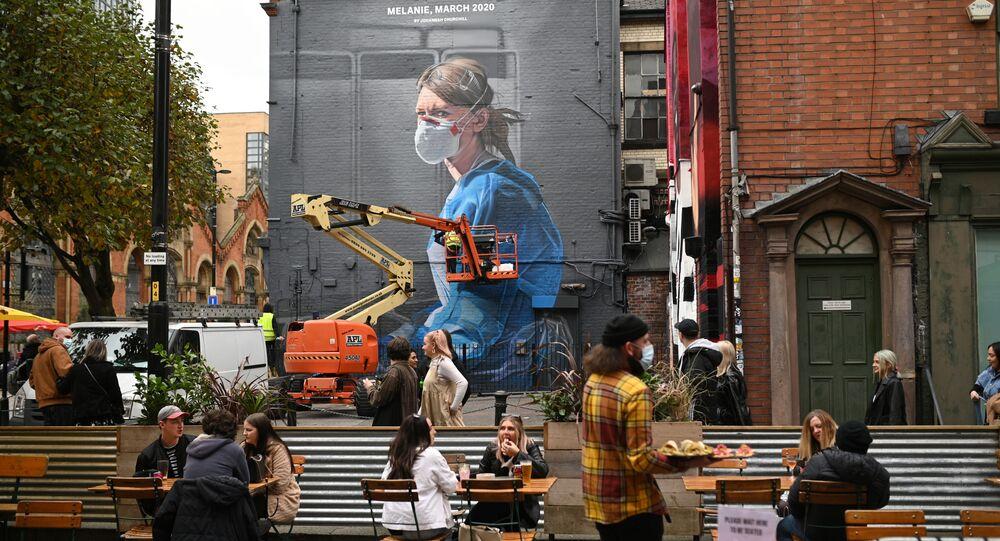 رسم غرافيتي توضيحي للوضع الوبائي في العالم ، فيروس كورونا - مانشستر، بريطانيا 17 أكتوبر 2020