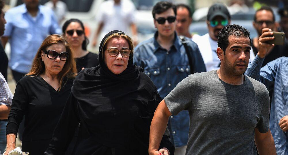 الممثلة المصرية مها أبو عوف في جنازة شقيقها عزت أبو عوف