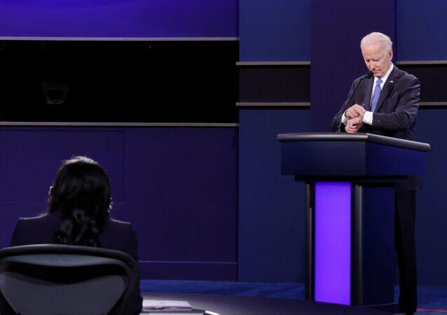 جو بايدن أثناء منظرته الأخيرة مع ترامب قبل انتخابات الرئاسة