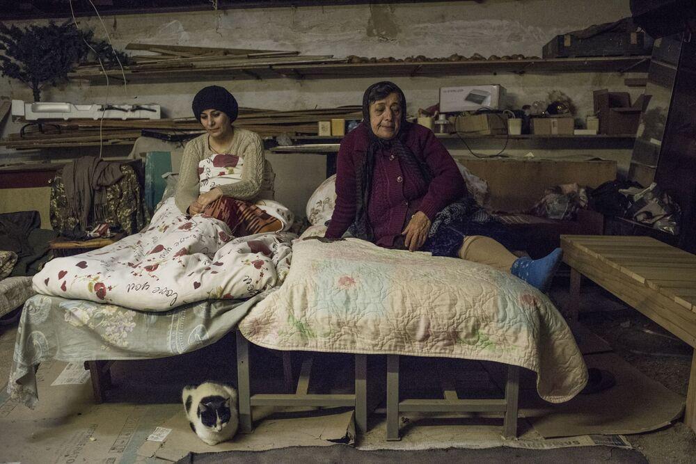 النساء في الطابق السفلي من منزلهم في ستباناكيرت، خلال تبادل القصف بين قوات جيش أرمينيا وأذربيجان في منطقة قره باغ 16 أكتوبر 2020