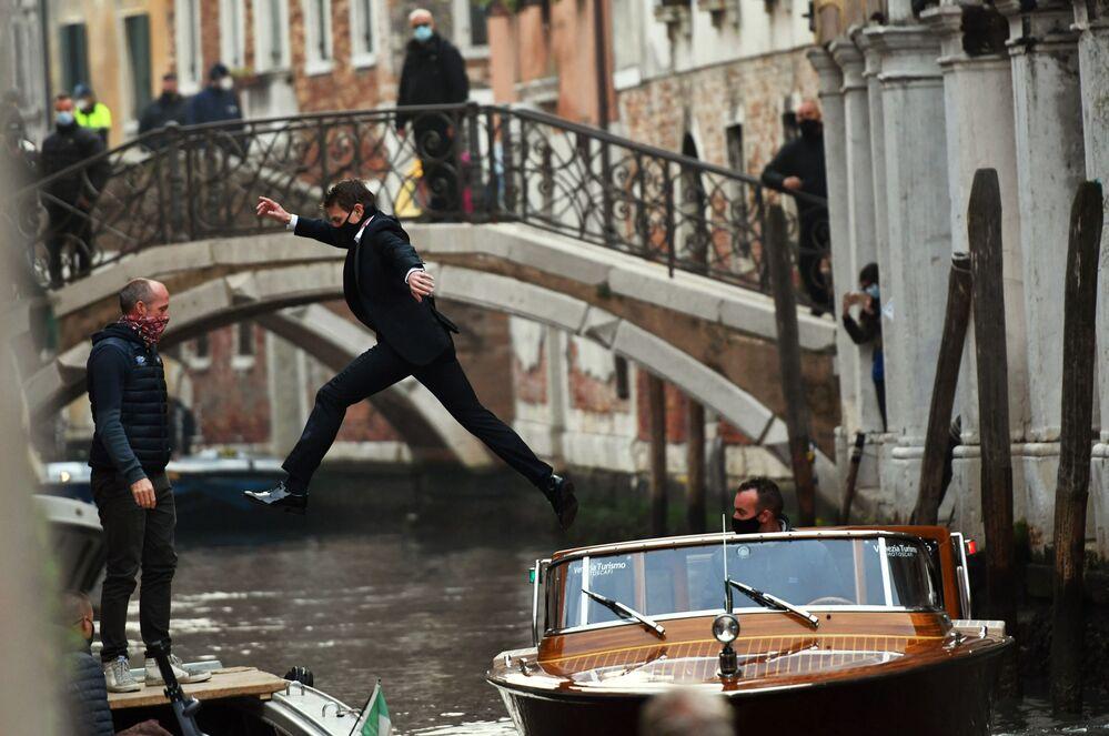 الممثل الأمريكي توم كروز يقفز بين مركبين أثناء تصوير لقطة من افيلم مهمة مستحيلة: ليبرا في البندقية، إيطاليا 20 أكتوبر 2020.