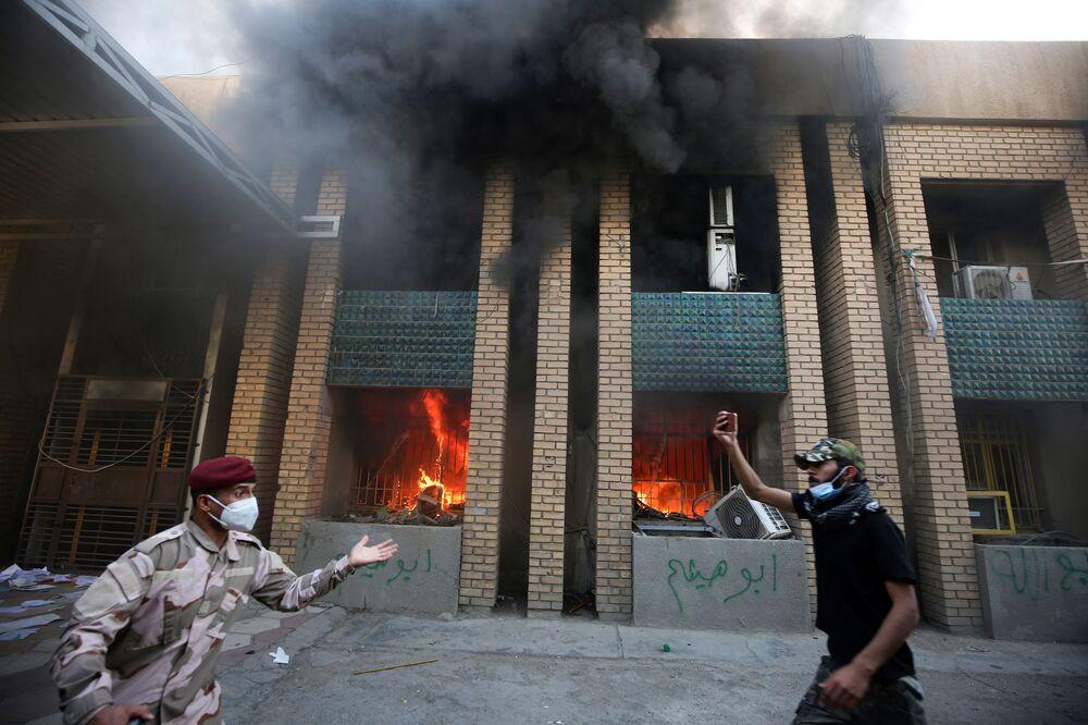 أنصار الحشد الشعبي يشعلون النار بمقر الحزب الديمقراطي الكردستاني في بغداد، العراق 17 أكتوبر 2020