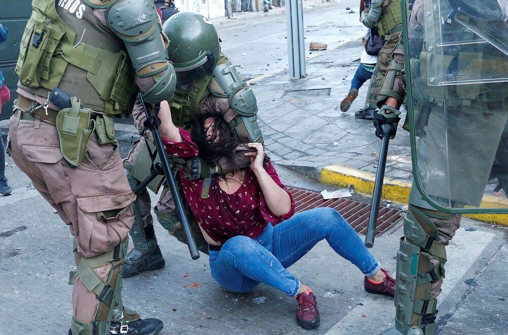 احتجاز الشرطة لأحد المتظاهرين أثناء احتجاجات مناهضة لحكومة تشيلي في فالبارايسو، 19 أكتوبر 2020