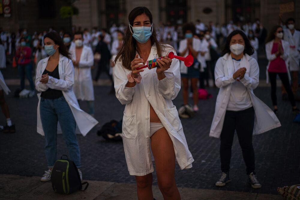 يشارك الأطباء في إضراب احتجاجا على ظروف العمل في برشلونة، إسبانيا 20 أكتوبر 2020