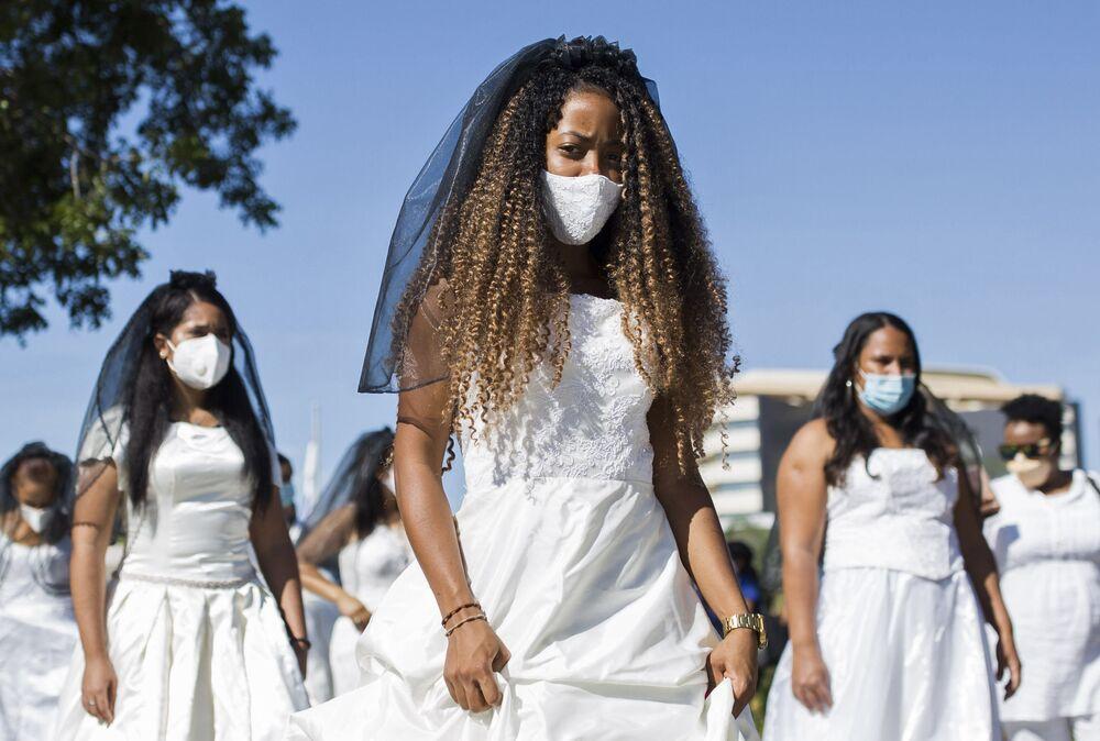 طالبات جامعة الحكم الذاتي يشاركن في مسيرة العرائس في سانتو دومينغو في 20 أكتوبر 2020.