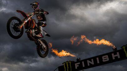 الإسباني خورخي برادو غارسيا سيبو، يصل خط النهاية ليفوز ببطولة الجائزة الكبرى MXGP، في إطار بطولة كأس العالم لركوب الدراجات النارية، في لوميل، بلجيكا 21 أكتوبر 2020