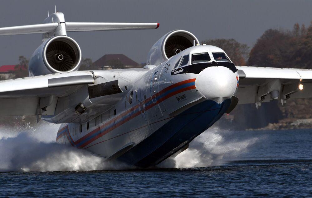 طائرة برمائية متعددة الأغراض بي-200 تشي إس تابعة لطيران وزارة الطوارئ الروسية خلال تدريبات الإنقاذ البرية والبحرية في إقليم بريمورييه، روسيا 20 أكتوبر 2020