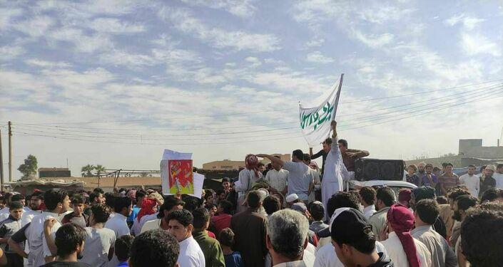 مسلحون موالون للجيش الأمريكي يواجهون بالرصاص مظاهرة ضد ماكرون شرقي سوريا