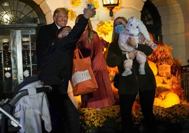 الرئيس الأمريكي دونالد ترامب وزوجته ميلانيا ترامب يستضيفان فعالية بمناسبة هالوين في فناء البيت الأبيض في واشنطن، الولايات المتحدة 25 أكتوبر 2020