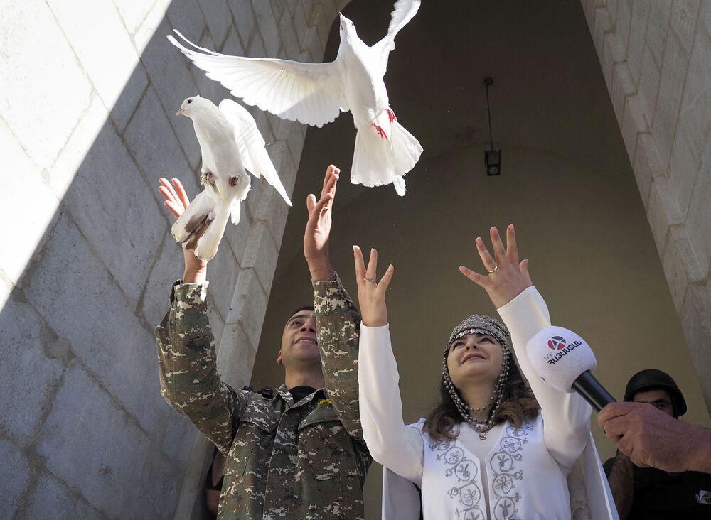 هوفانيس هوفسيبيان ومريم سركسيان، من سكان ناغورني قره باغ، يقيمان حفل زفافهما في كاتدرائية غزانتشيتسوت الأرمنية (كاتدرائية المسيح القديس المخلص)، في بلدة شوشي (شوشا)، بينما لايزال النزاع العسكري في المنقطة مستمرا بين أرمينيا وأذربيجان، 24 أكتوبر 2020