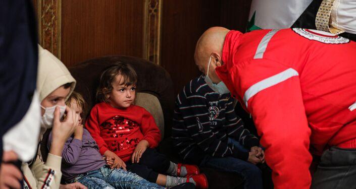 عائلات ألبانية مع أطفالها تصل العاصمة السورية دمشق، قادمة من مخيم الهول، في سياق تعاون إنساني متعدد الأطراف لإعادة عوائل مسلحي تنظيم داعش الإرهابي، إلى بلدانهم.