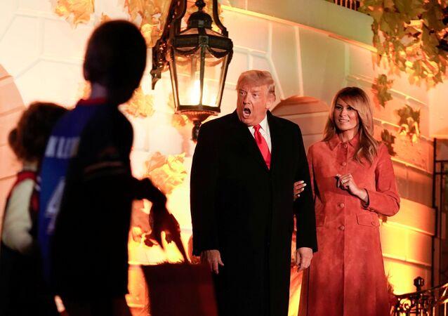 الرئيس الأمريكي دونالد ترامب وزوجته ميلانيا ترامب في احتفالية البيت الأبيض بعيد الهالوين، 25 أكتوبر/ تشرين الأول 2020