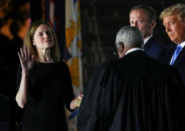 القاضية إيمي كوني باريت تؤدي اليمين الدستورية كقاضية في المحكمة العليا الأمريكية اليوم الثلاثاء 27 أكتوبر/تشرين الأول في احتفال أقيم في البيت الأبيض.