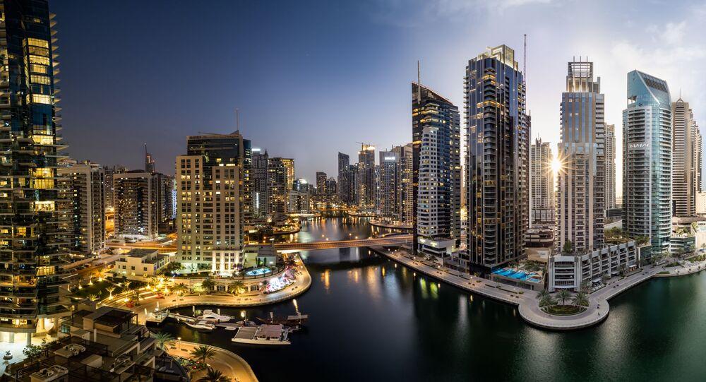 صورة بعنوان دبي مارينا ليلاً ونهاراً، لمصور من الإمارات فلوريان كرايتشباومر، الذي دخل ضمن قائمة توب 50 صورة من هواة البناء/ البيئة في مسابقة جائزة إبسون بانو للتصوير البنورامي الدولية