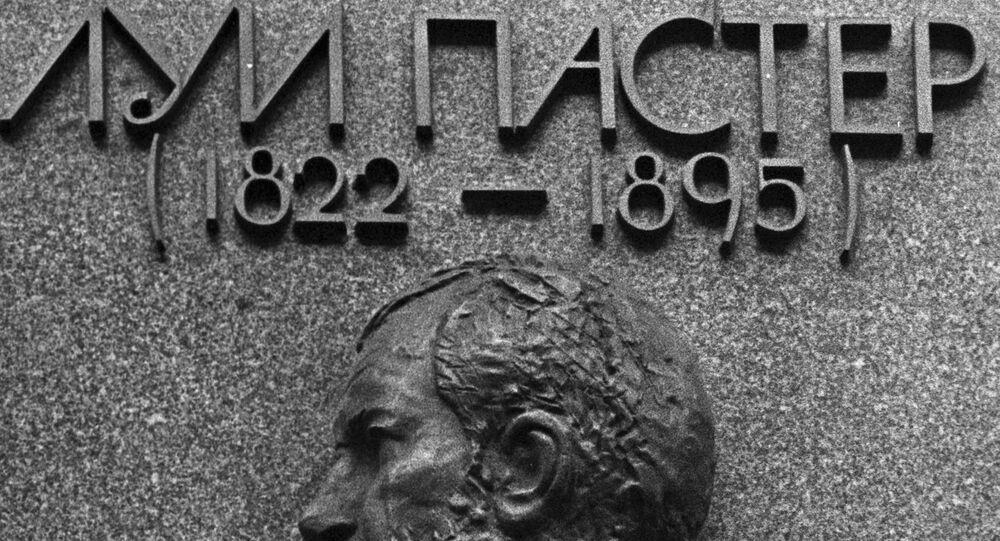 لوحة تذكارية على مبنى معهد لويس باستور لأبحاث علم الأوبئة وعلم الأحياء الدقيقة في لينينغراد.