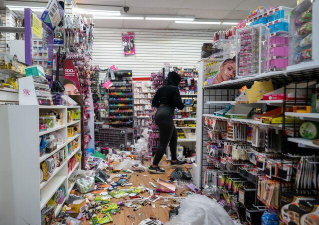 احتجاجات واسعة في فلادلفيا الأمريكية  وأعمال عنف ونهب جماعي للمحلات التجارية بعد مقتل رجل أسود على يد الشرطة