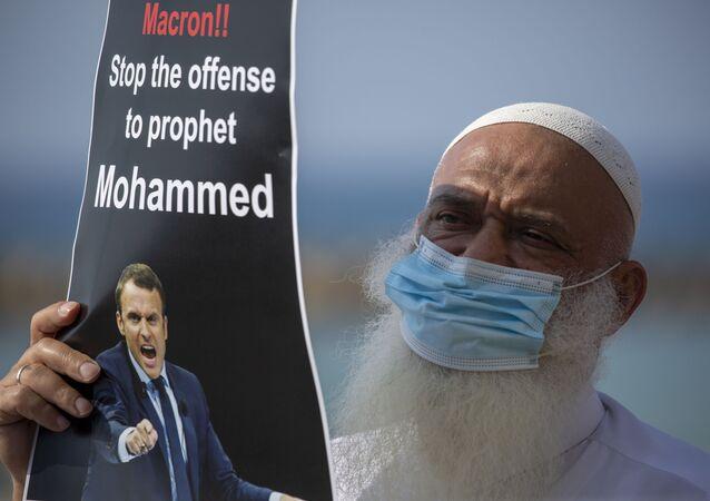 حملة جماهرية احتجاجية ضد تصريحات الرئيس الفرنسي إيمانويل ماكرون حول رسومات الكاريكاتير المسيئة للرسول محمد (ص) أمام سفارة دولة فرنسا في تل-أبيب، 27 أكتوبر 2020