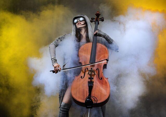 صورة بعنوان عناصر، للمصور البريطاني كاتجا أوغرين،التي فازت في فئة مصور الحدث لهذا العام للمصورين المحترفين في مسابقة جوائز التصوير الدولية 2020