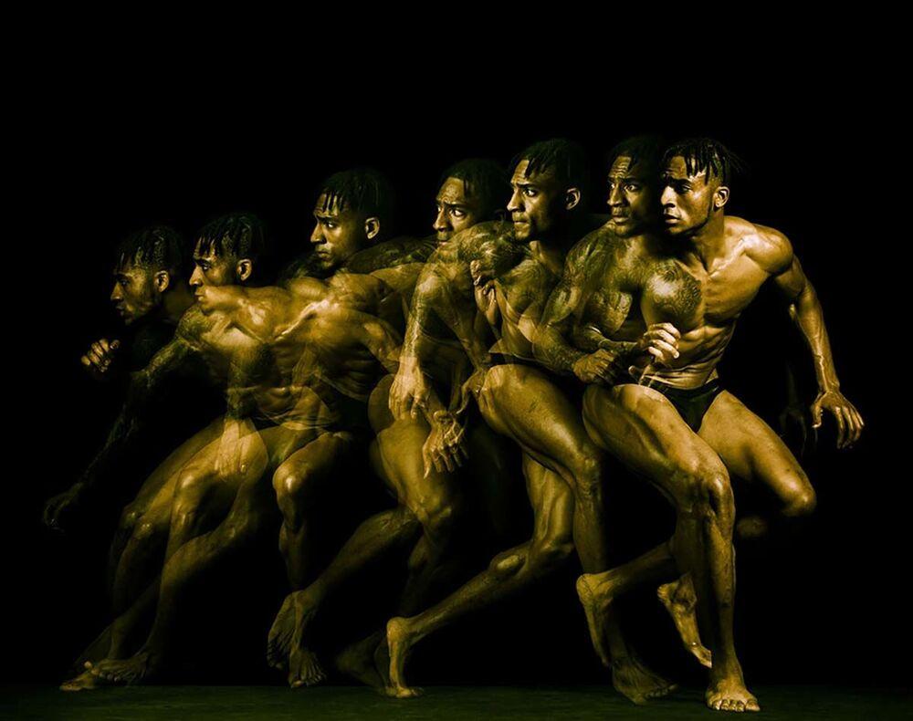 صورة بعنوان أجسام لاعبي الدوري الوطني لكرة القدم الأمريكية، للمصور الأمريكي هوارد شاتز، التي فازت في فئة مصور رياضي لهذا العام للمصورين المحترفين في مسابقة جوائز التصوير الدولية 2020