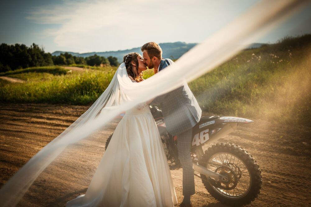 صورة بعنوان الحب، للمصور الألماني فيرا دافيدوفا، التي فازت بالمركز الأول في فئة الأشخاص/ الزفاف للمصورين المحترفين في مسابقة جوائز التصوير الدولية 2020