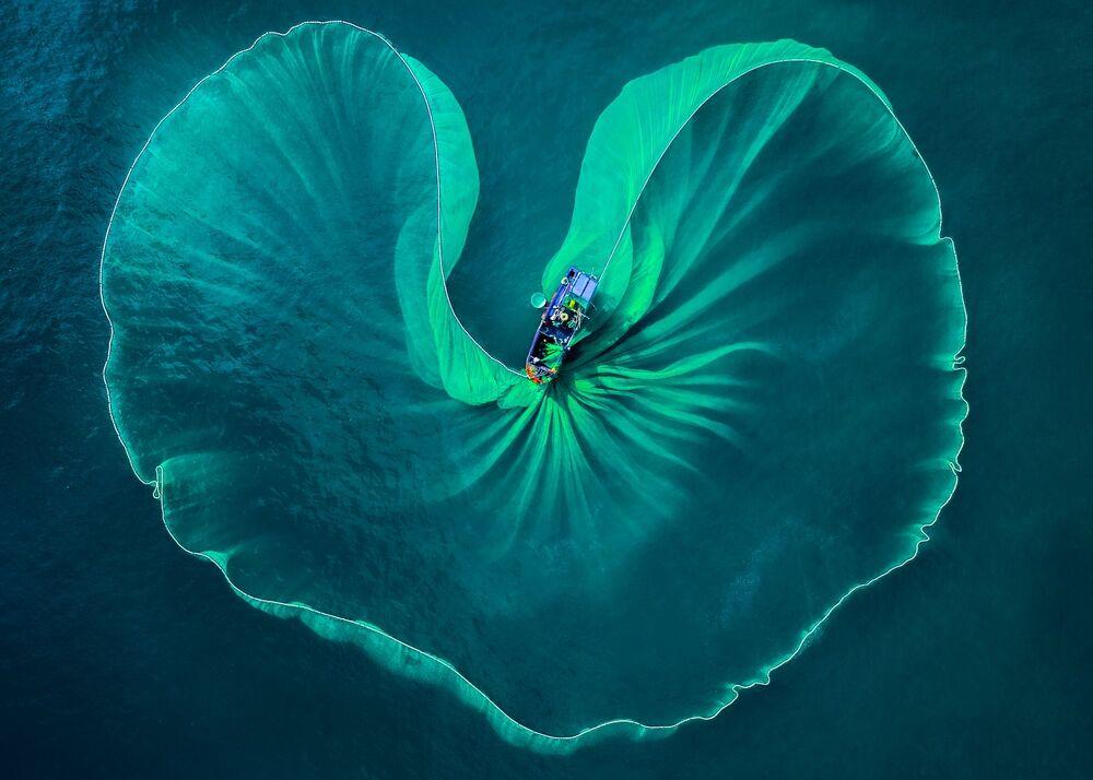 صورة بعنوان مراكب الصيد، للمصور الفيتنامي فوك هواي نغوين، التي فازت بالمركز الأول في فئة مميز/ السفر/ شغف التجوال للمصورين المحترفين في مسابقة جوائز التصوير الدولية 2020