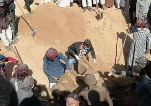 اكتشاف مقبرة جماعية لأبناء القبائل العربية قتلهم تنظيم داعش الإرهابي في دير الزور، شرقي سوريا
