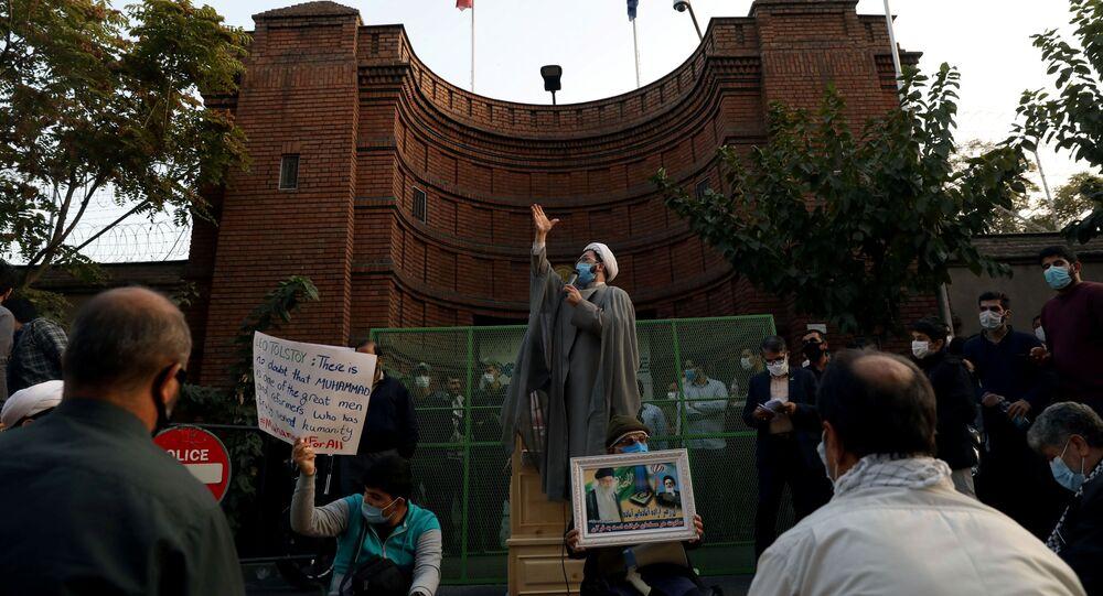 احتجاجات ضد تصريحات الرئيس الفرنسي إيمانويل ماكرون حول رسومات الكاريكاتير المسيئة للرسول محمد (ص) أمام سفارة دولة فرنسا في طهران، إيران 28 أكتوبر 2020