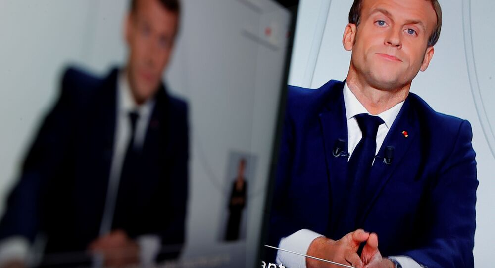 الرئيس الفرنسي إيمانويل ماكرون أثناء إلقاء كلمة للشعب الفرنسي حول الوضع الوباء (كورونا) في فرنسا، 28 أكتوبر 2020