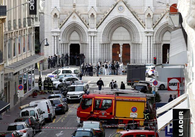 وصل الشرطة الفرنسية إلى موقع حادثة طعن في كاتدرائية نوتردام في مدينة نيس، فرنسا 29 أكتوبر 2020