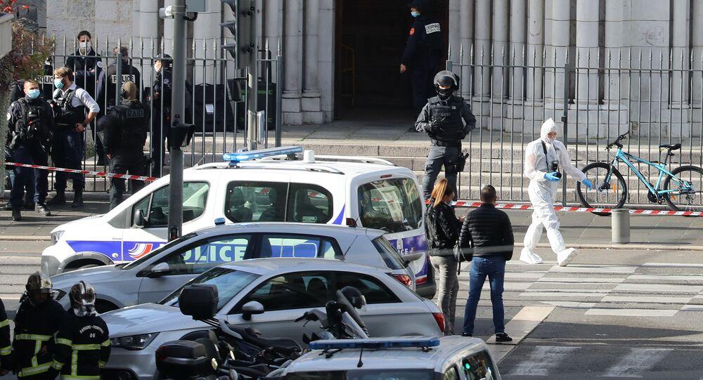 الشرطة الفرنسية في موقع هجوم طعن بالسكين أمام كاتدرائية نوتردام في مدينة نيس، فرنسا 29 أكتوبر 2020