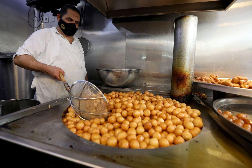 بيع الحلويات بمناسبة إحياء ذكرى المولد النبوي في مدينة عمان، الأردن  29 أكتوبر/ تشرين الأول 2020