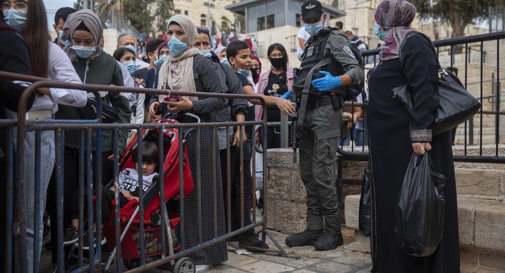 فلسطينيون ينتظرون في طابور للعبور إلى  المسجد الأقصى لإحياء ذكرى المولد النبوي، القدس  29 أكتوبر/ تشرين الأول 2020
