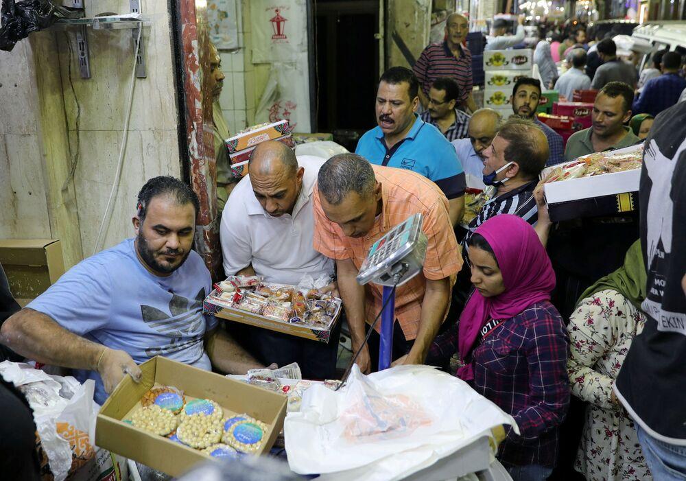 مواطنون يشترون الحلويات بمناسبة إحياء ذكرى المولد النبوي في القاهرة، مصر 28 أكتوبر/ تشرين الأول 2020