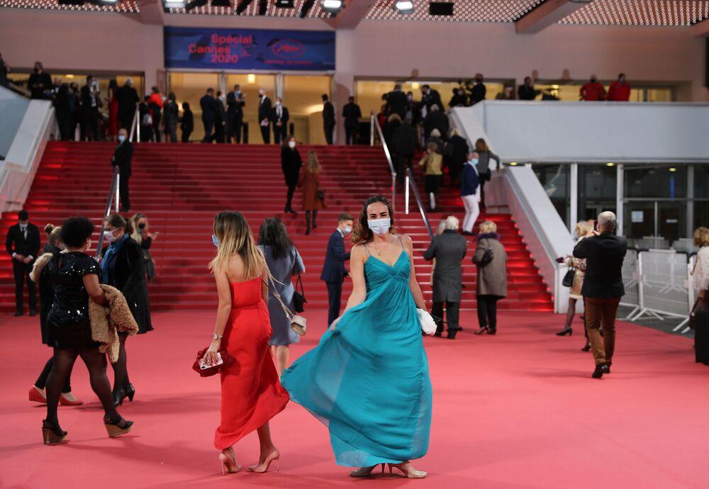 اقبال الضيوف إلى قصر مهرجان كان 2020 سبيشال، وهو نسخة مصغرة من مهرجان كان للأفلام، بعد إلغاء مهرجان كان للأفلام في مايو، أيار، 27 أكتوبر 2020