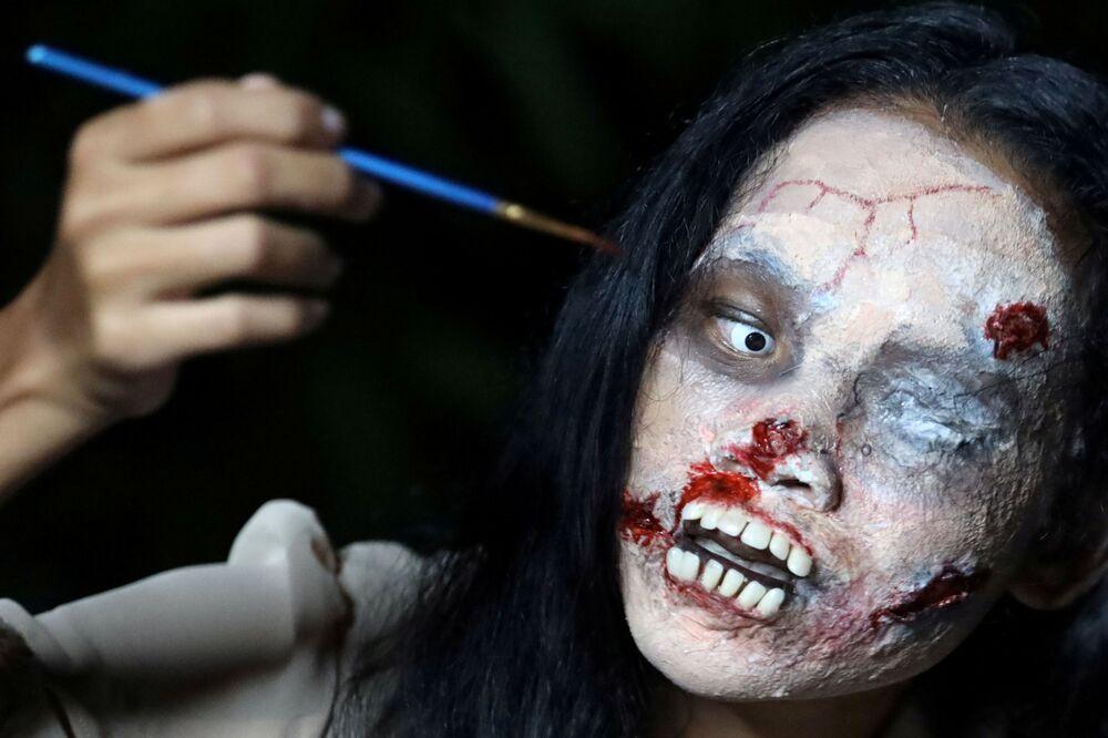 بائعة الملابس عبر الإنترنت، كانيثا ثونغناك، 32 عامًا ، تضع مكياج الزومبي قبل أن بدء البث المباشر لبيع أزياء هالوين في بانكوك ، تايلاند، 10 أكتوبر 2020
