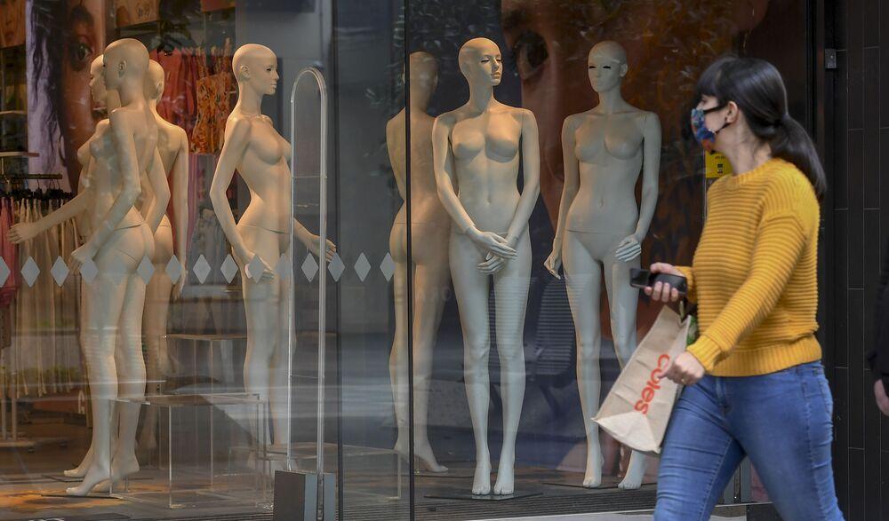 تستعد المتاجر في ملبورن للافتتاح للبيع بالتجزئة، بعد أن رفعت الحكومة الأسترالية بعض القيود عن المطاعم والمتاجر بعد أن واجهت المدينة موجة ثانية من فيروس كورونا،  في 27 أكتوبر 2020