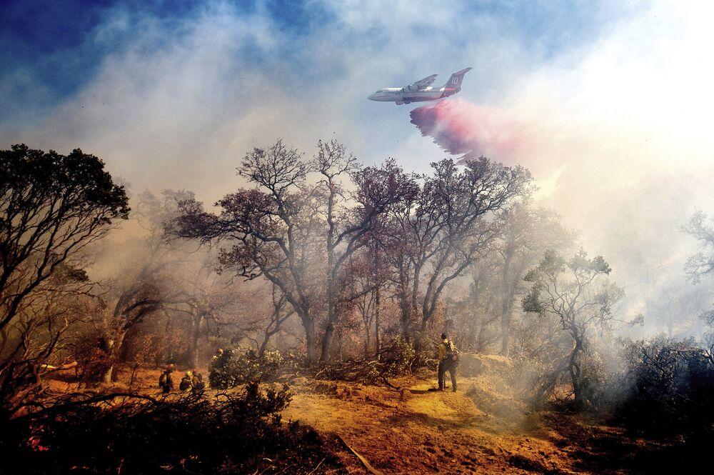 طائرة تطفيء حريق أوليندا في أندرسون، ولاية كاليفورنيا 25 أكتوبر 2020