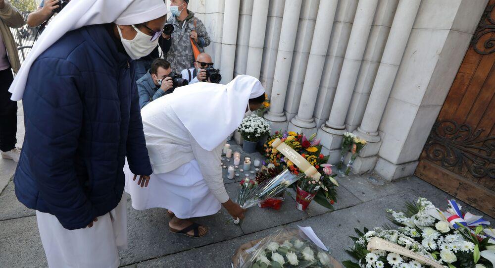 مواطنون يحضرون الشموع و أكاليل الزهور أمام كاتدرائية نوتردام في مدينة نيس، حيث وقعت حادثة طعن يوم 29 أكتوبر، فرنسا 30 أكتوبر 2020