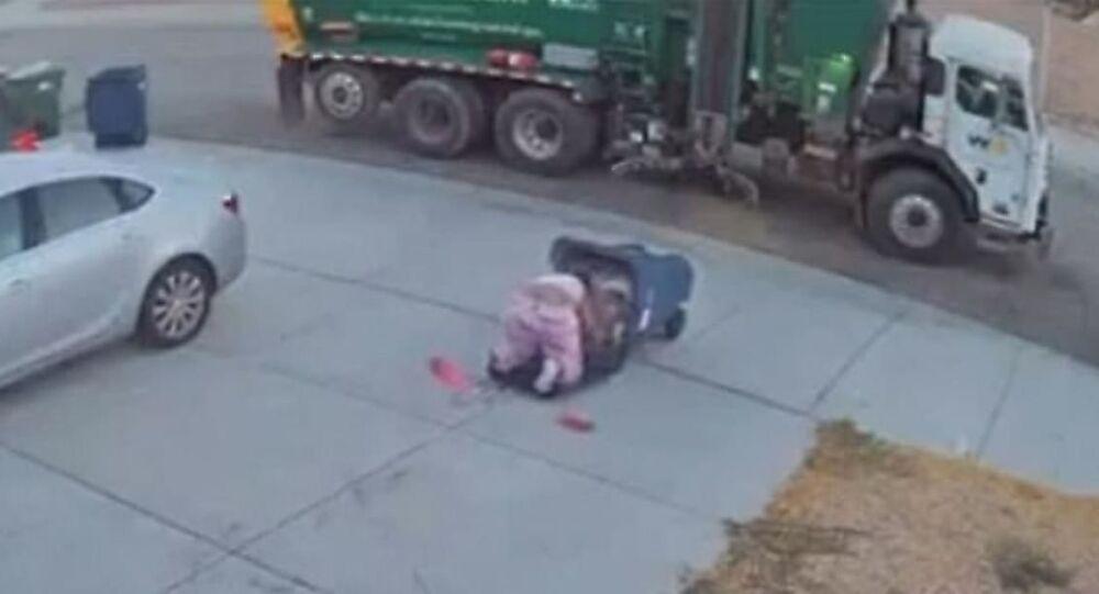 أمريكية تقع مرتين داخل حاوية قمامة أثناء نقلها