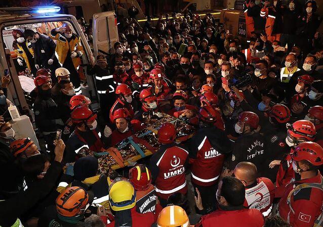 البحث عن ضحايا الزلزال في إزمير، تركيا 1 نوفمبر 2020