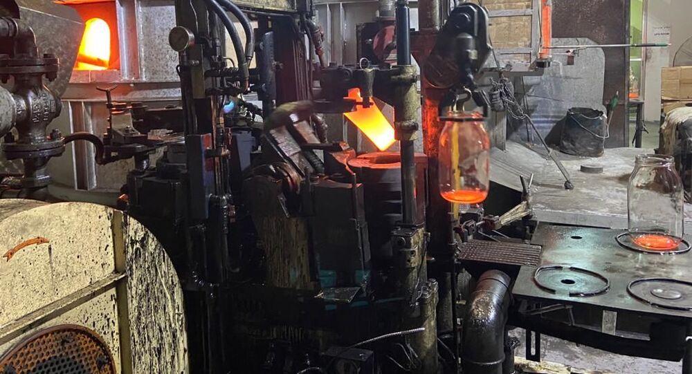 مبادرات بيئية لإعادة تدوير الزجاج المحطم بانفجار بيروت
