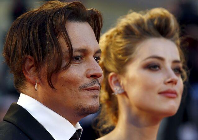 الممثل الأمريكي جوني ديب مع زوجته السابقة الممثلة الأمريكية آمبر هيرد